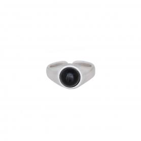 Δαχτυλίδι σε ασημί χρώμα με μαύρη πέτρα. D-346-03-06-45